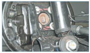 …головкой Е-16 отворачиваем четыре винта крепления цапфы заднего колеса к фланцу балки задней подвески…