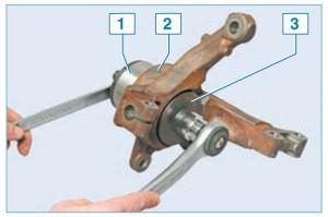 Запрессовываем подшипник, прикладывая усилие через чашку съемника 1 к торцу наружного кольца подшипника 2, при этом шайба съемника 3 должна опираться на поворотный кулак