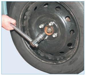 Головкой «на 30» отворачиваем гайку подшипника ступицы колеса
