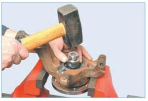 Нанося удары по торцу ступицы через оправку или головку подходящего размера…