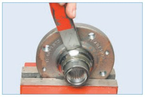 Нанося удары молотком по зубилу, сдвигаем внутреннее кольцо подшипника по ступице