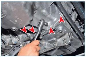 Головкой «на 13» отворачиваем четыре болта крепления поддона картера к коробке передач