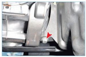 Головкой «на 13» отворачиваем болт крепления кронштейна компрессора кондиционера к поддону картера