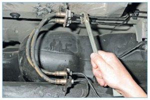 Специальным ключом «на 11» для штуцеров тормозных трубок выворачиваем штуцер тормозной трубки из верхнего наконечника шланга