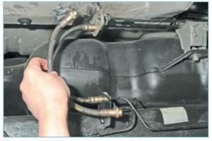 Снимаем шланг тормозного механизма заднего колеса