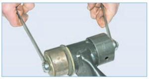 Запрессовываем сайлент-блок в рычаг чашечным съемником, прикладывая усилие через оправку к наружной втулке сайлент-блока (для наглядности показываем на снятой балке)