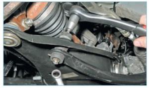 Накидным ключом «на 13» отворачиваем гайку крепления штанги стабилизатора к рычагу подвески, удерживая винт от проворачивания ключом Torx T-40