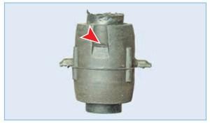 При установке промежуточной втулки ориентируем ее пазами, расположенными на наружной поверхности втулки, вверх