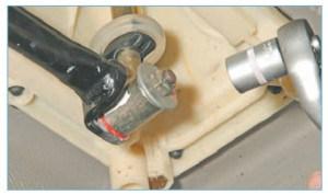 …головкой «на 13» отворачиваем гайку крепления тяги управления к рычагу переключения передач